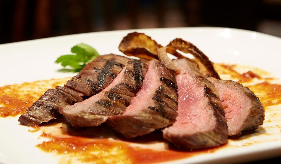 Leckere und saftige Steaks geschnitten mit einem Küchenmesser